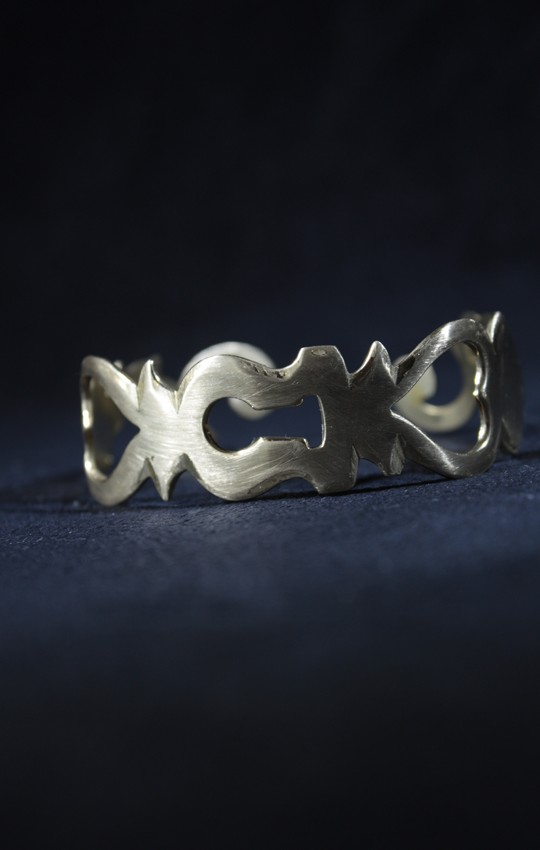 Un bracelet fait à partir de caches-serrures.