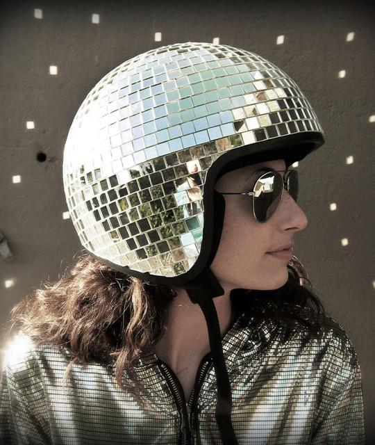 Casque de moto à partir d'une boule de discothèque, crée par Natalie Walsh