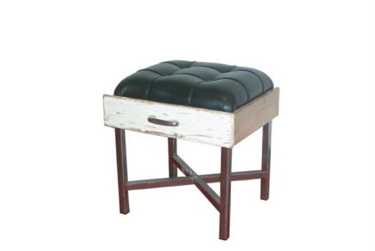 Tabouret invitant à s'asseoir dans un tiroir. de Fethi Atakol. Objet re-designé par Fathi Atakol.