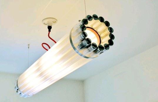Lampe à partir de tubes fluorescents recyclés. Crée par Castor design.