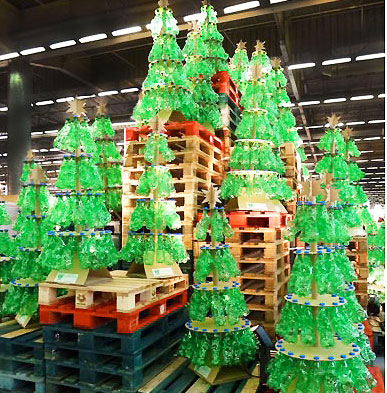 arbre de noel en bouteilles recycling Des arbres de Nol crs  partir de bouteilles en plastique recycles