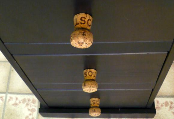 des poignées de tiroirs à partir de bouchons de bouteilles de ... - Poignee Meuble Design