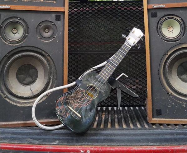 ukulele-lance-flammes